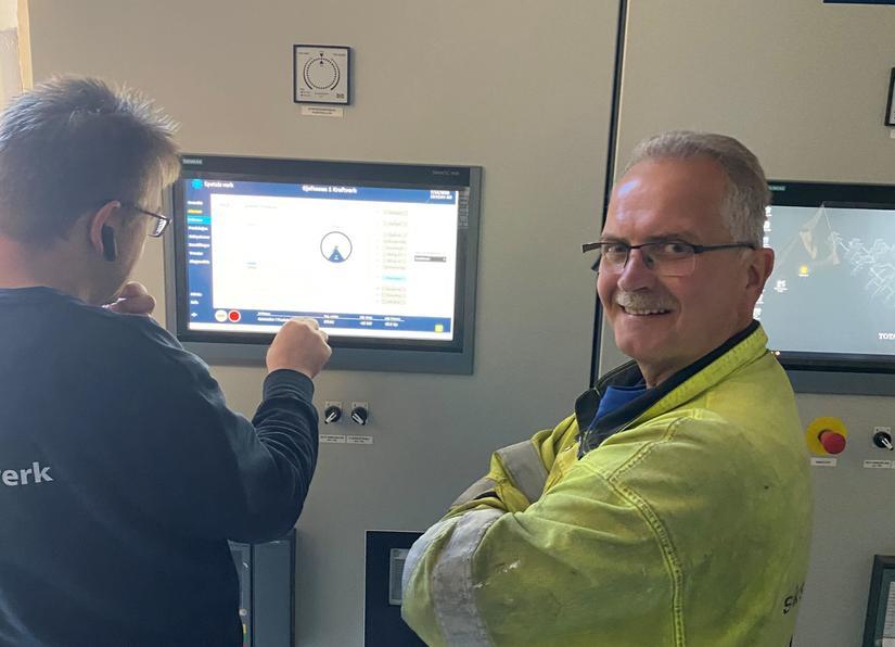 En glad og fornøyd Jon Larsen, prosjektleder for ombyggingen av Sjøfossen kraftverk, rett før kraftverket ble satt i drift.